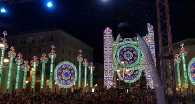 Una folla in festa applaude il Ciakky Show: delirio in Piazza Sant'Oronzo