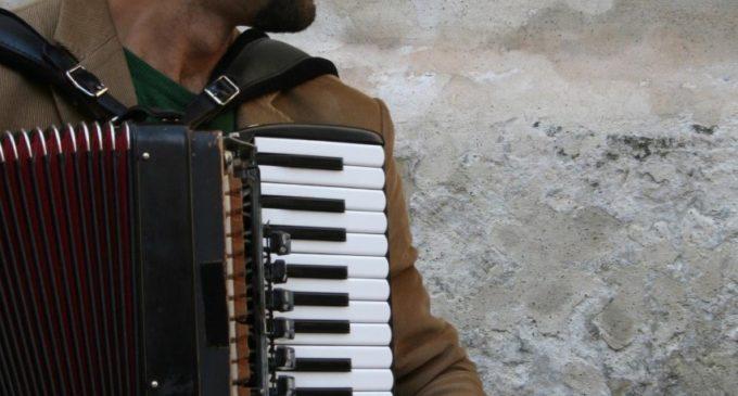 """L'erboristeria """"La Mandrogora"""" inaugura a Lecce con il live del fisarmonicista Emmanuel Ferrari"""