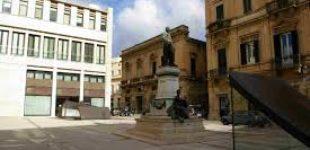 Gioco pericoloso si trasforma in atto vandalico: ragazzini distruggono le vetrate in piazzetta Castromediano