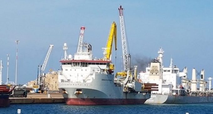 Macchie oleose e schiumose al largo di San Foca, il ministro Costa predispone le analisi