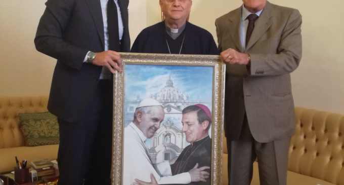 Un dipinto di don Tonino Bello a Mons. Vito Angiuli: il dono di ARt&Co assieme a Valori e Rinnovamento